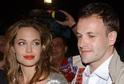 Angelina Jolie a Jonny Lee Miller.