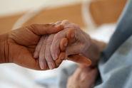 Domovům pro seniory odcházejí zaměstnanci. Omezují péči
