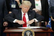 Trump je v pasti. Dohánějí ho vlastní předvolební sliby