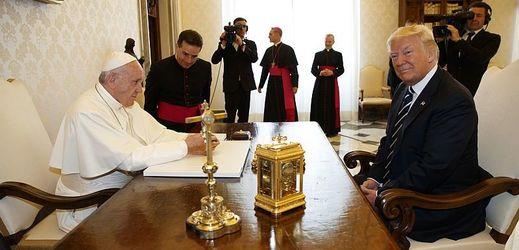 Papež František při setkání s americkým prezidentem Donaldem Trumpem.