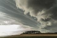 Česko zasáhly bouřky. Vítr vyvracel stromy, vlaky nejezdily
