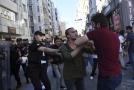 Turecká policie při zákroku proti pochodu homosexuálů.