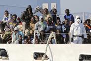 Zavřeme přístavy pro cizí lodě s migranty, hrozí Italové
