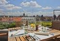 Venkovní terasa nabízí panoramatický výhled na historickou Prahu.