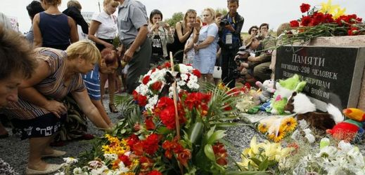 Tři roky po sestřelení letadla odhalili památník věnovaný obětem.