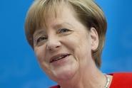 Merkelová drží svět pohromadě, lichotil kancléřce Seehofer