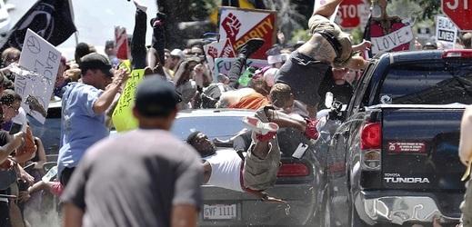 Náraz auta do lidí.