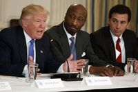 Z leva Donald Trump, Kenneth Frazier a ředitel Fordu Mark Fields.