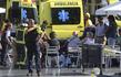 Záchranáři ošetřují oběti útoku v Barceloně.