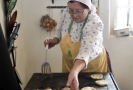 Ženy ze spolku Babinec z Kozojídek pečou baláše.