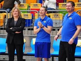 Aleš Kaplan (uprostřed) v roli kondičního trenéra basketbalistek USK Praha (vlevo trenérka týmu Natálie Hejková, vpravo fyzioterapeut Ladislav Burian).