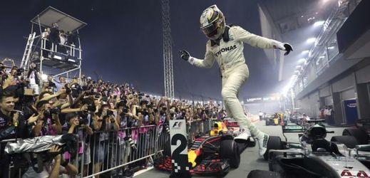Cílový prostor nočního závodu formule 1 v Singapuru.