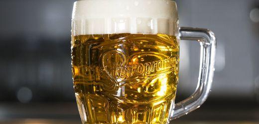 Pivo Staropramen.