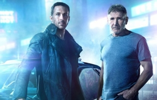 Ryan Gosling (vlevo) a Harrison Ford ve filmu Blade Runner 2049.