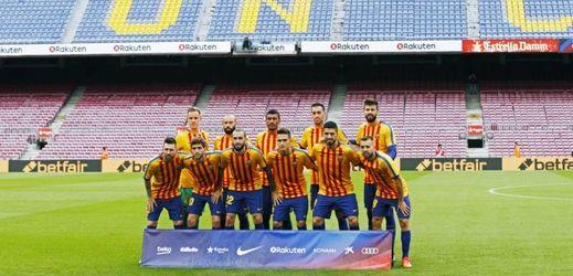Hráči Barcelony v červenožlutých katalánských dresech.