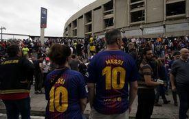 Zklamaní fanoušci Barcelony před branami Nou Campu.