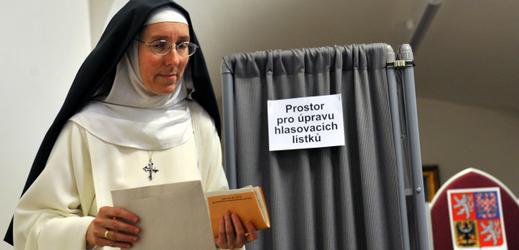 Řádová sestra při volbách do Poslanecké sněmovny ve volební místnosti na Pražském hradě.