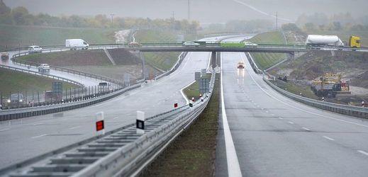 Stavbaři vybudovali také nový most přes D4 u křižovatky Skalka, což si vyžádalo dlouhodobou uzavírku dálnice u 41. kilometru.