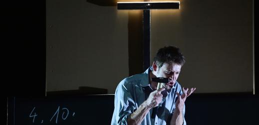 Jiří Böhm jako Benjamin Seidl při zkoušce představení Mučedník.