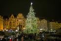 Vánoční trhy a strom na Staroměstském náměstí v Praze.
