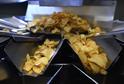 Výroba bramborových chipsů.