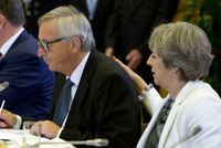 Jean-Claude Juncker a Theresa Mayová.