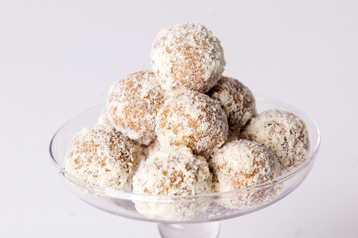 Karamelové kuličky s ořechy.