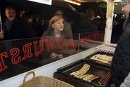 Merkelová navštívila vánoční trhy postižené loňským útokem