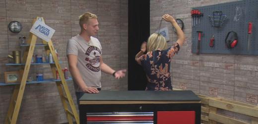 Kutilové Adam a Lucie poradí, jaksi zapnout šaty bez cizí pomoci.