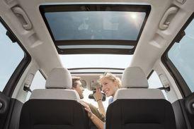 Dojem prostornosti podporuje panoramatické střešní okno.
