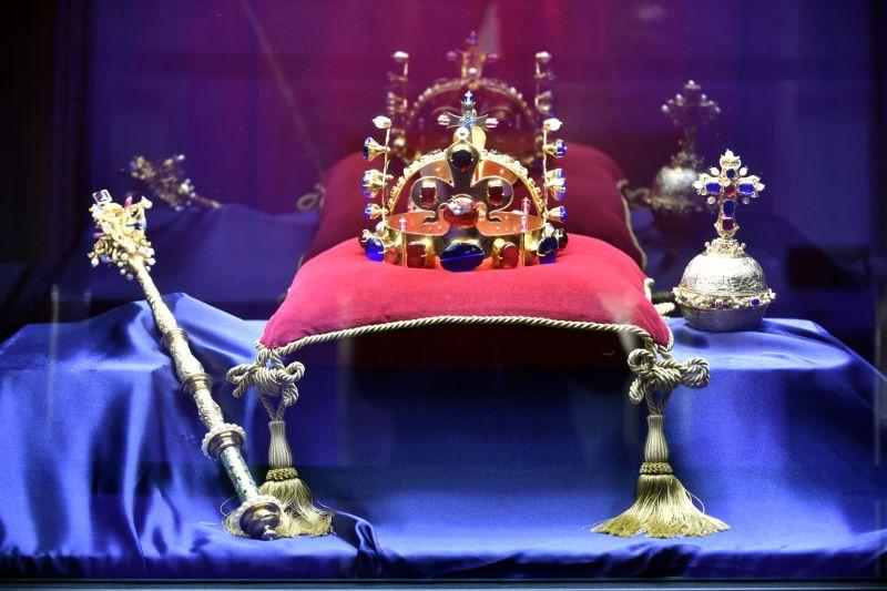 6bbb6547186 Zeman a dalších šest klíčníků vyzvedli korunovační klenoty