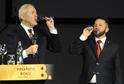 Moderátor Marek Eben ochutnává víno vítěze Jana Stávka (vpravo).