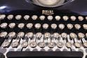 Detail psacího stroje Royal s klapkami vykládanými perletí.