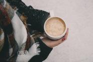 Bělidla do kávy? Nezdravé, oslazené náhražky mléka