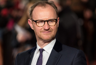 Britský herec, scenárista a producent Mark Gatiss.