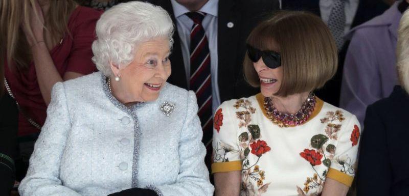 Britská královna seděla vedle šéfredaktorky módního magazínu Vogue Anny  Wintourové. afa175370aa