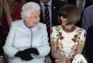 Britská královna seděla vedle šéfredaktorky módního magazínu Vogue Anny Wintourové.