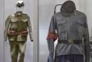 Na snímku uniforma milicionáře z roku 1948 (vpravo).