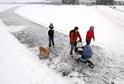 Zamrzlá lipenská přehrada láká rekreanty.