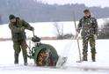 Blatenští rybáři prořezávají 13. února led na rybníku Malý Bor.