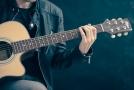 Hudba, ať už ji posloucháme, sami hrajeme, nebo zpíváme, je terapeutickým nástrojem proti demenci (ilustrační foto).