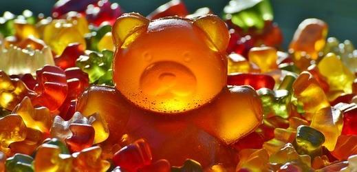 Batolata dostala gumové medvídky naplněné melatoninem, aby rychleji usnula.
