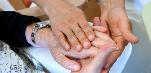 Ruční terapie je jednou z metod rekonvalescence organismu po mrtvici.