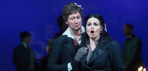 Zleva Ondřej Koplík jako Rodolfo a Lucie Kašpárková v roli Mimi při zkoušce opery Giacoma Pucciniho Bohéma v režii Lindy Keprtové.