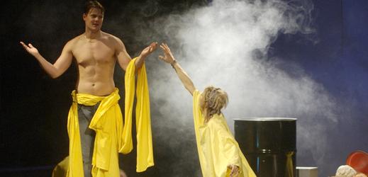 Ondřej Veselý v roli Škvora a Dana Pešková představující Boženu Kostkovou při zkoušce erotické grotesky Muž sedmi sester.