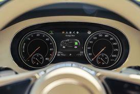 Displej ukazuje informace o elektrickém a hybridním pohonu.