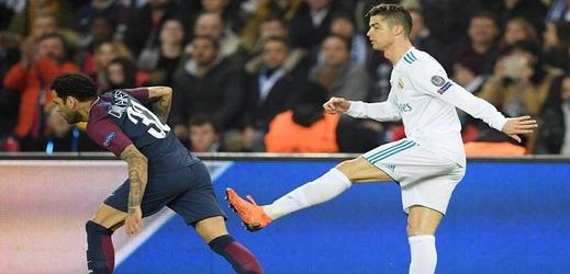 Osmifinále Ligy mistrů přineslo i mini duel mezi Alvesem a Ronaldem.