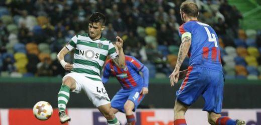 Útočník Sportingu Montero před vstřelením branky.