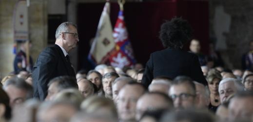Miroslav Kalousek opouští Vladislavský sál.