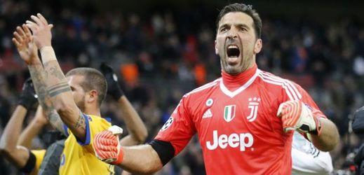Hráči Juventusu radující se z postupu do čtvrtfinále Ligy mistrů.